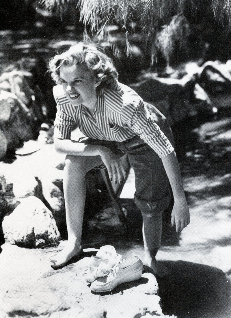 Judy-Garland-on-location-in-Palm-Springs