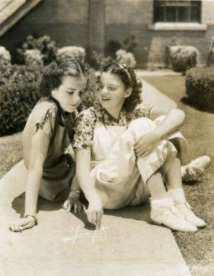 Judy-Garland-and-Deanna-Durbin-in-Every-Sunday