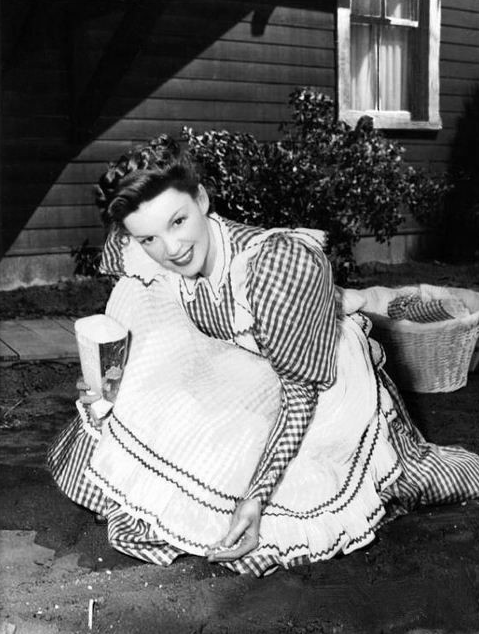 Judy-Garland-on-the-set-of-The-Harvey-Girls